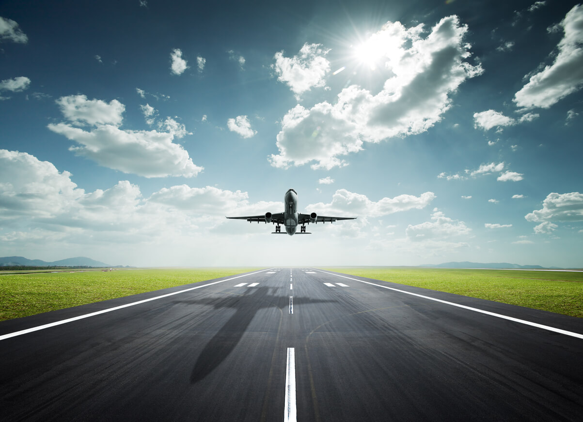 Flygplan en solig dag med gods för ITS räkning